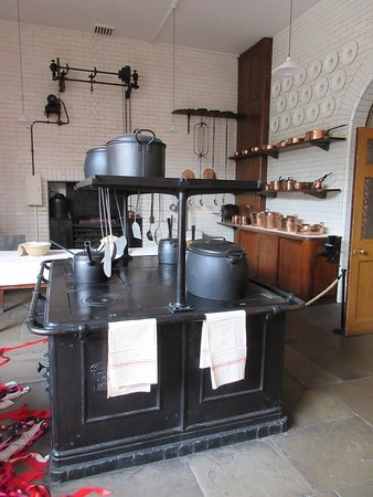 Кнатсфорд, UK: The tour of the hall includes the kitchen