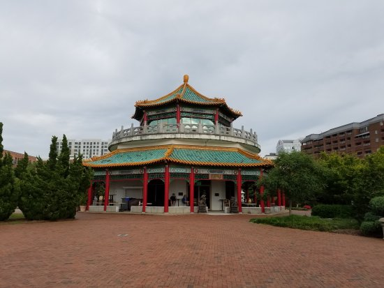 Pagoda & Oriental Garden : Beautiful landscaped gardens visible from Nautilus in Norfolk.  Free parking and no charge to wa