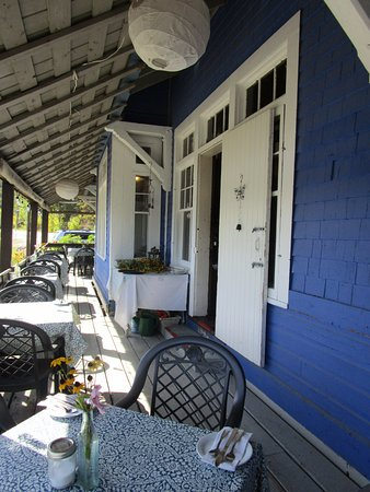 Wakefield, Canadá: Charming outdoor dining at the Cafe Pot-Au-Feu.