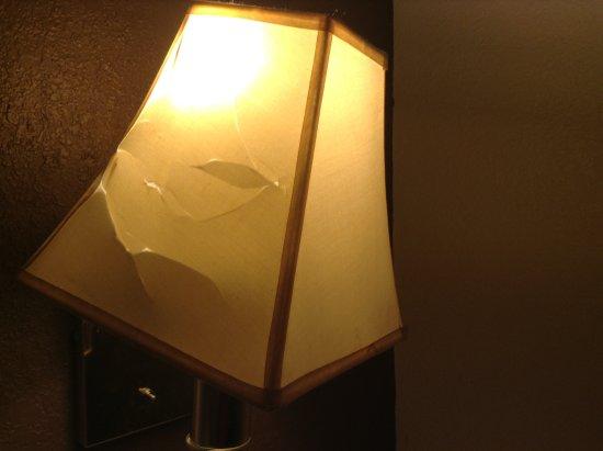 Travel Inn Motel: Another lovely broken lamp shade