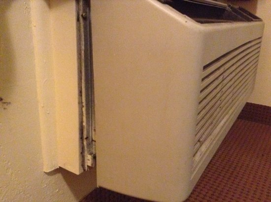 ‪ترافيل إن موتل: Broken AC with dirt and mold.‬
