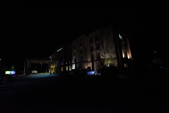 Holiday Inn Express & Suites Twentynine Palms- Joshua Tree: Wide Angle View of Hotel at Night