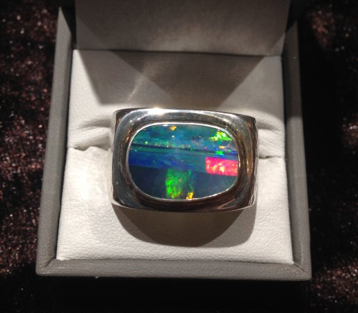 Tamborine Mountain, أستراليا: Yes men can wear Opal too. This one has a hammered finish on the ring and look incredible.