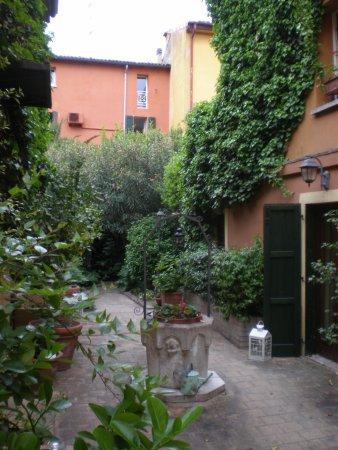 Hotel Porta San Mamolo: central walkway between buildings