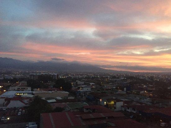 Tryp by Wyndham San Jose Sabana : Vista del amanecer desde la habitación en el piso 8