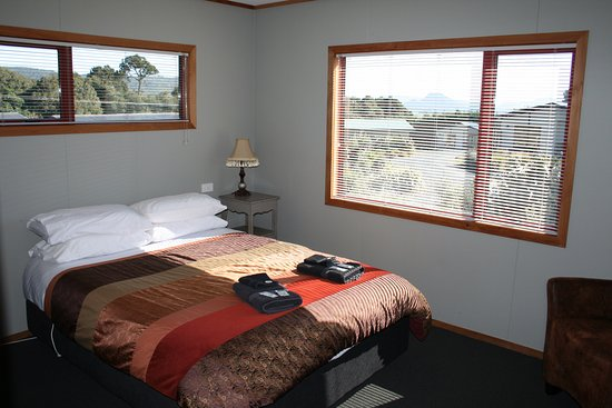 Papatowai, New Zealand: Chalet, private bedroom