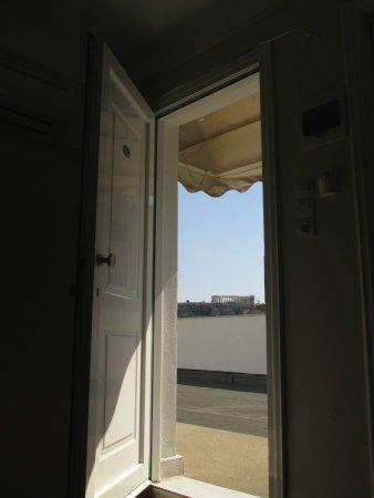 Cecil Hotel: Parthenon through the doorway