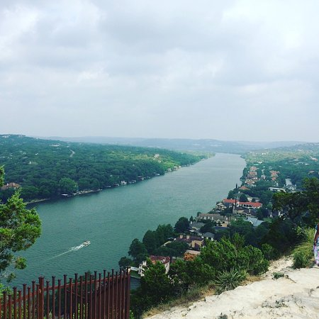 Mount Bonnell: Breath taking view of the Colorado river