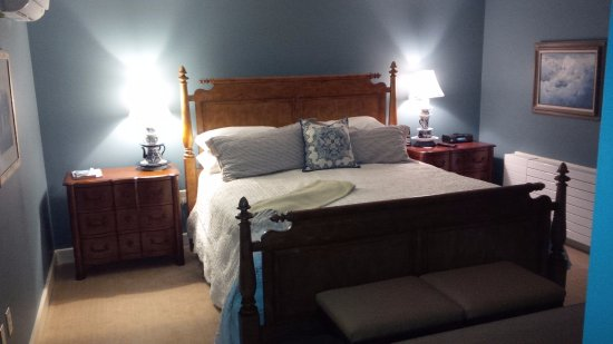 Lyme, NH: King-Bedded Room
