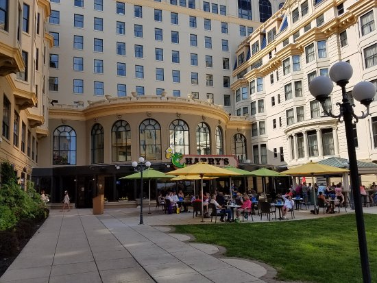 Harry's Oyster Bar & Seafood : the outside section of the restaurant and bar