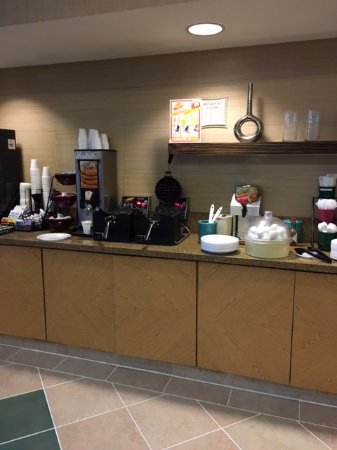 Peoria, AZ: Continental Breakfast area with waffle machines