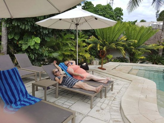 Castaway Island Fiji : Relaxing at the Adult pool with a pool bar. The resort also has a family pool.