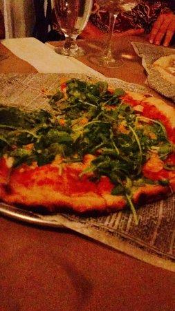 Da Luigi: Pizza con tomate, anchoas y arugula en horno de piedra, Excelente