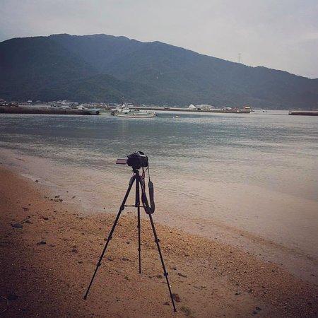 Choubei: 僕は普段は撮影しないのですが、福井出張に合わせて急いで勉強して、なんとか民宿を撮影できました😅 それにしても敦賀湾は高い山に囲まれ、釣り人が多く、なんとなく長崎に似ている。