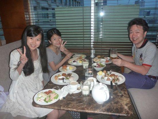 New World Saigon Hotel: クラブラウンジでの一枚。最初緊張気味の娘たちも・・・この笑顔。【今日のxxxは楽しかった・・明日はxxxに行こうね】とか・・