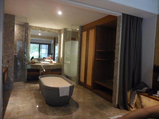 salle de bain dans l 39 enfilade de la chambre picture of alaya resort ubud ubud tripadvisor. Black Bedroom Furniture Sets. Home Design Ideas