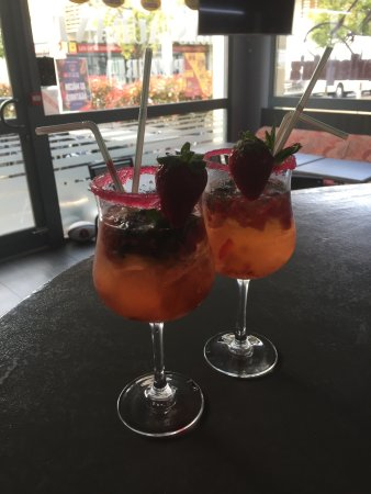 """Charnay-les-Macon, Francja: Voici notre nouveaux cocktails """" mojito """" aux fruits rouges"""