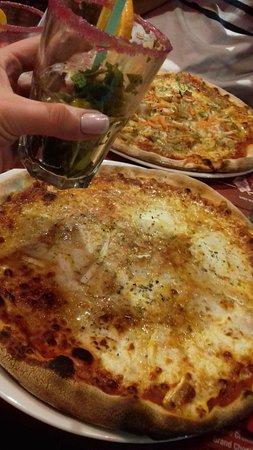 Viriat, Francia: Pizza trois fromages au premier plan, pizza casa au second plan