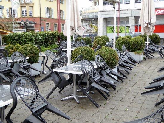 Zollikofen, Suiza: Grosse Terrasse im Hof