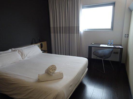 B&B Hotel Granada: Cama grande limpia y cómoda