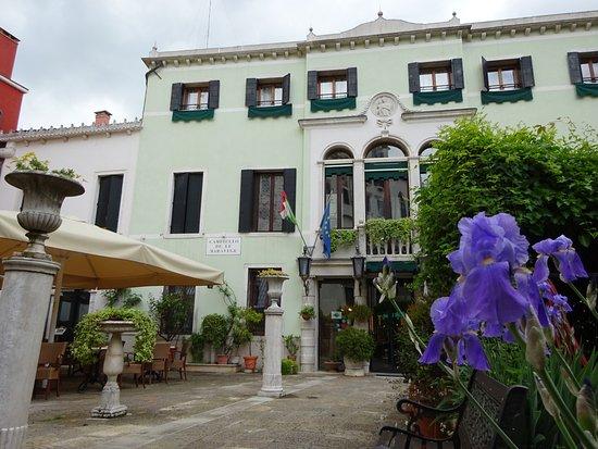 Entr e de l 39 h tel picture of pensione accademia villa for Entree hotel