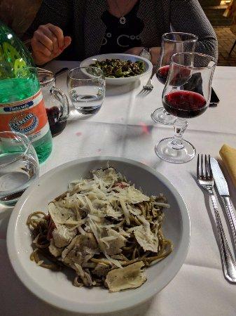 Vergato, Itália: tagliatelle ortiche e porcini, e spaghetti al grano bruciato con tartufo