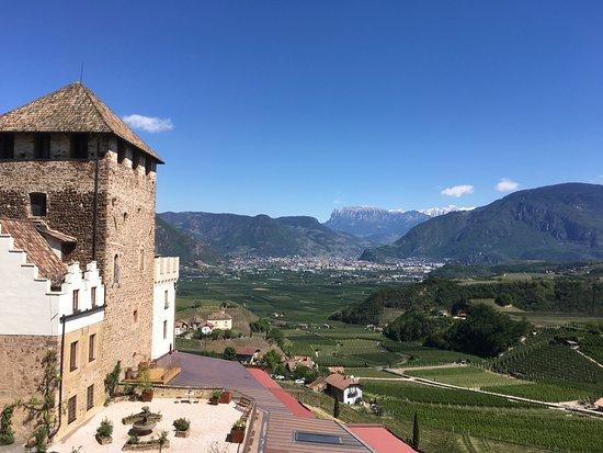 Appiano sulla Strada del Vino, Włochy: Der Ausblick vom Balkon unseres Zimmer in die herrliche Frühlingslandschaft des Bozener Talkesse
