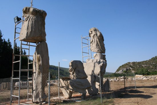 Menderes, Turquía: Partly reconstructed torsos of Apollo, Leto and Artemis, ca 8m high