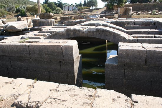 Menderes, Turquía: Andyton substructure of the temple.