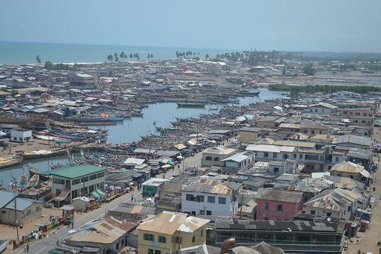 Elmina, Ghana: Op dinsdag varen de vissers niet uit. Dan zijn alle boten in de lagen