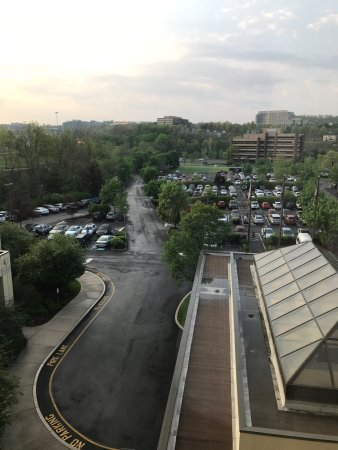 Coraopolis, Pensylwania: I view from the 5th floor overlooking the entrance and parking area