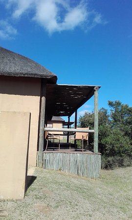 Amakhala Game Reserve, แอฟริกาใต้: View to family suite outdoor seating area.