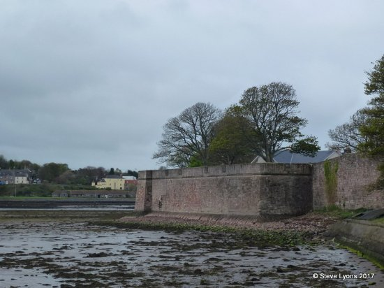Berwick Upon Tweed Castle & Ramparts: The ramparts from the Pier End road
