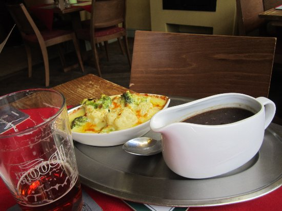 Brackley, UK: Cauliflower/Broccili cheese bake and good English gravy