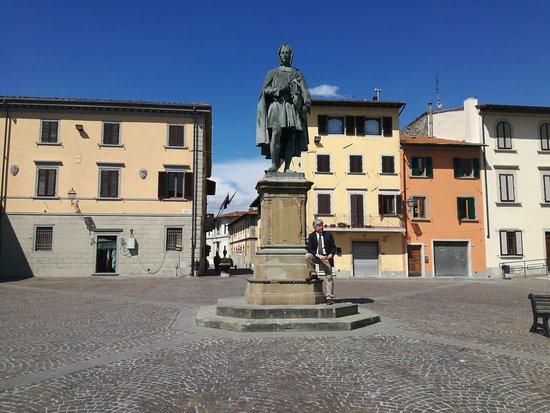 Виккьо, Италия: Statua di Giotto