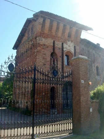 Zerbolò, Italia: Torrone e facciata del castello