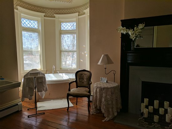 Lumber Baron Inn & Gardens: Relaxing spa in Honeymoon Suite