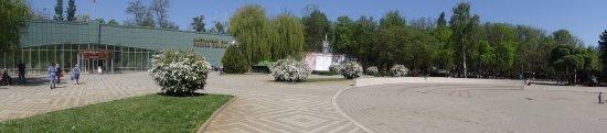Museum of military technologies Oruzhie Pobedy: Круглая площадь перед музеем. Военная техника слева по кругу.