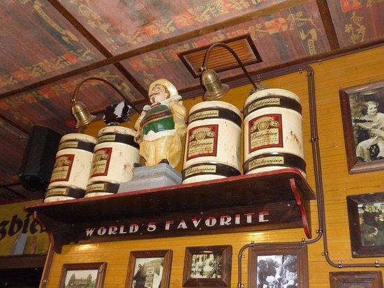 Carcastillo, Spain: vue de l'intérieur du bar