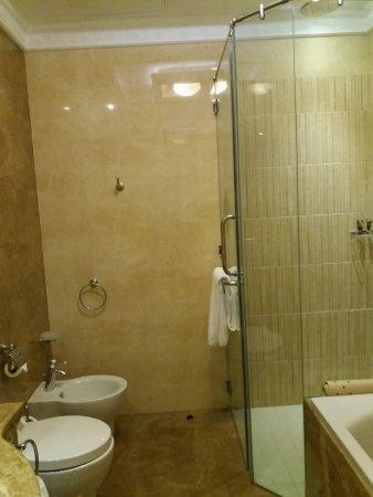 1 salle de bain et un cabinet de toilette picture of - Toilette et salle de bain ...