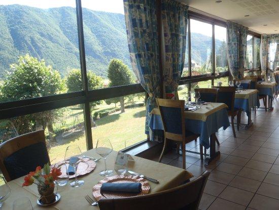 Valbonnais, France: la salle du restaurant avec vue sur la vallée