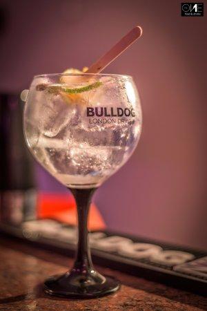 Gin Buldog con un toque de lima esprimida y chupa chups citrico!
