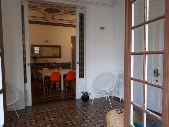 Plaza Catalunya Guest House: seating and kitchen area