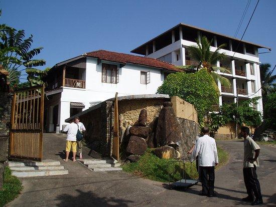 ذا ليدي هيل هوتل: front of hotel