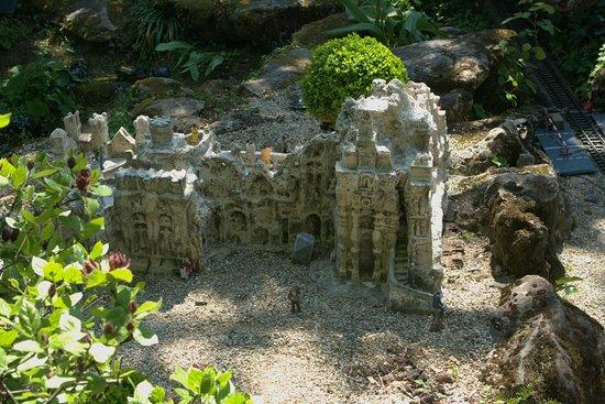 La maquette du palais du facteur cheval picture of le for Jardin ferroviaire