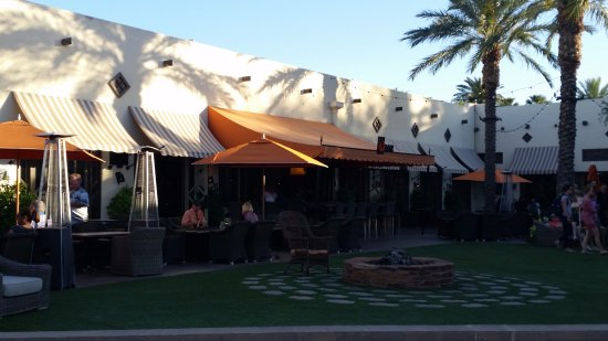 Litchfield Park, AZ: Outdoor seating and bar area