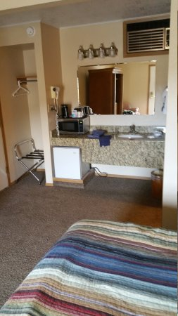 Bristlecone Motel: Older motel, totally updated. Excellent bed, pillows and linens.