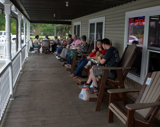 Hamptonville, NC: Sit and relax and have a sandwich from the Deli
