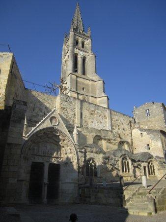 L'église monolithe et son clocher au coeur de Saint-Émilion - Photo de Saint -Emilion, Gironde - Tripadvisor