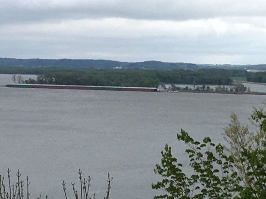 Clinton, IA: barges heading up river